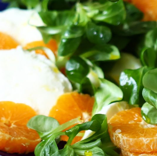 Feldsalat mit Orange Mozzarella